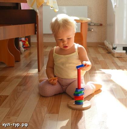 дочка играет в пирамидку
