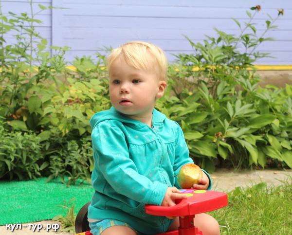 ребёнок катается на машинке