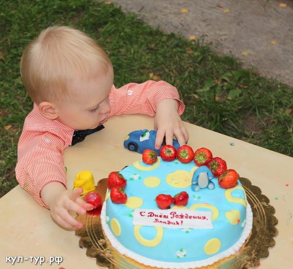 день рождение у Владика праздничный торт