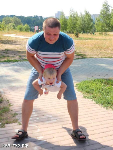 папа играет с ребёнком в митинском парке