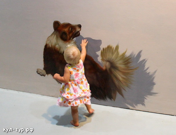 ребёнок играет с сабачкой