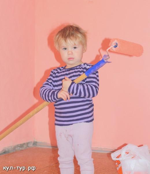 ребёнок помогает делать ремонт