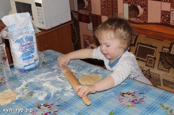 дочка делает печенье
