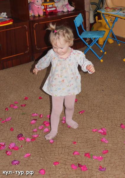 дочка играет в цветы