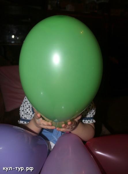 ребёнок играет в шары