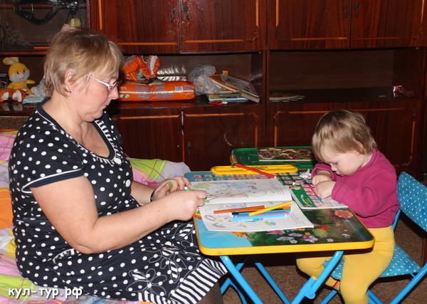 бабушка играет с внучкой