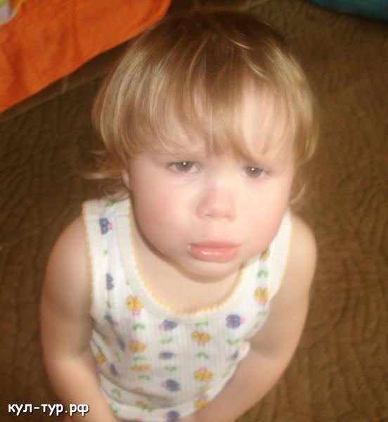 дочка плачет