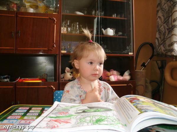 дочка рисует