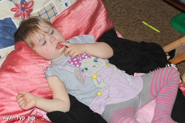 дочка засыпает под мультики
