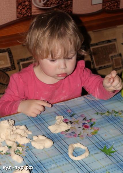 ребёнок играет в домашний пластилин