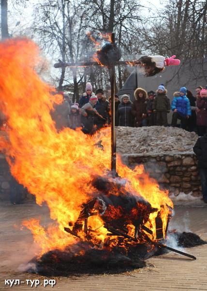 костёр поджёг масленицы горит чучело