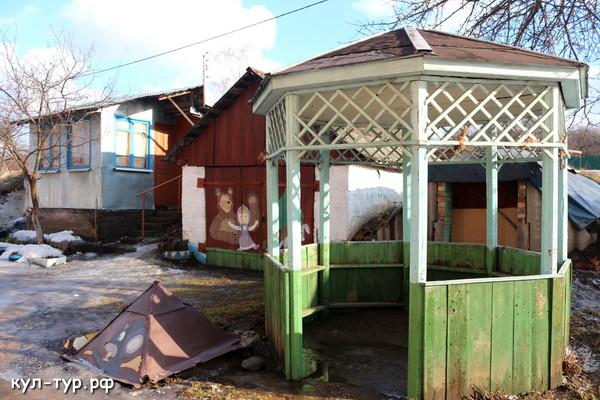 двор домика в деревне