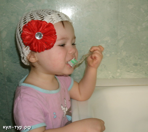 чистим зубы с дочкой