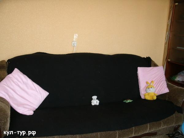 большой диван дома