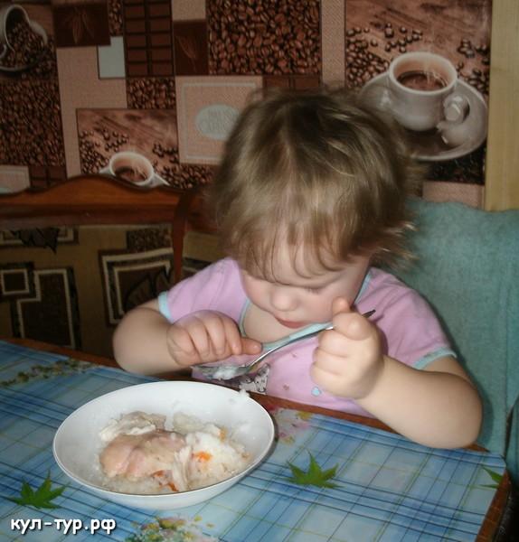 дочка обедает