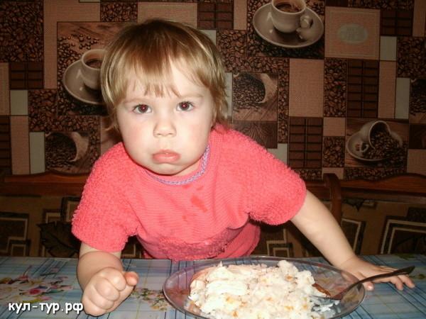 ребёнок ест рис с курицей