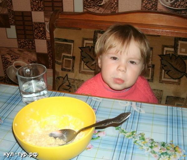 дочка ужинает