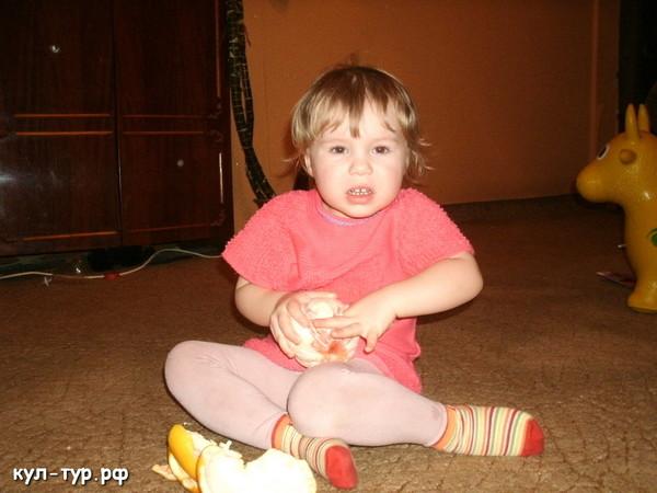 дочка ест грейпфрукт