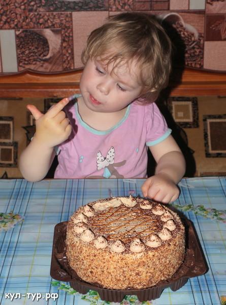 дочка ест тортик