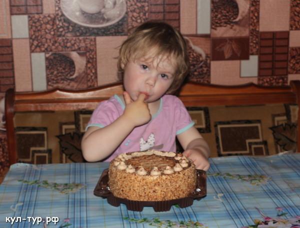 ребёнок ест торт