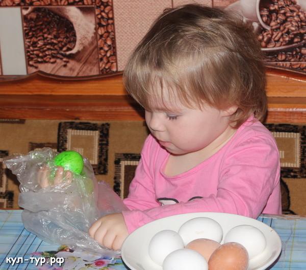 дочка красит яйца