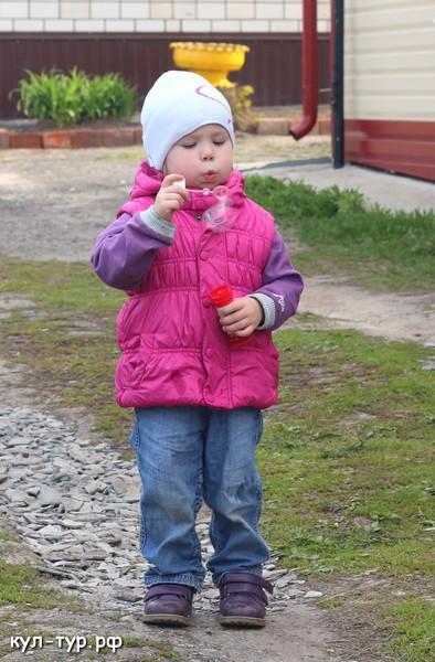 дочка пускает пузыри