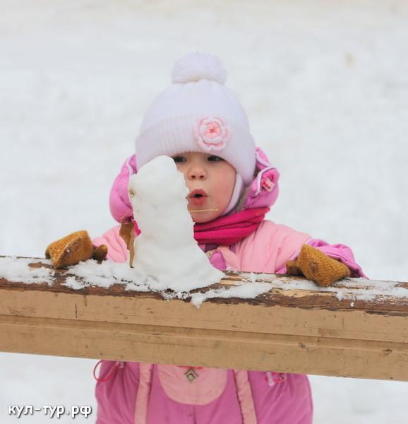 ребёнок лепит снеговика