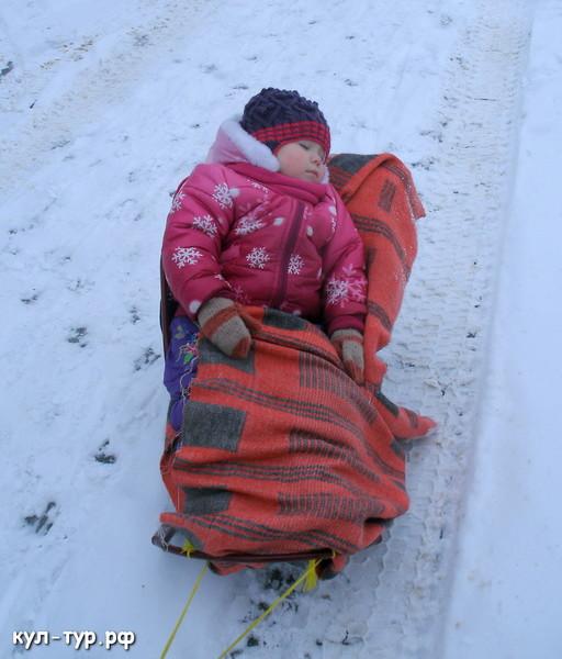 дочка уснула в санках на улице