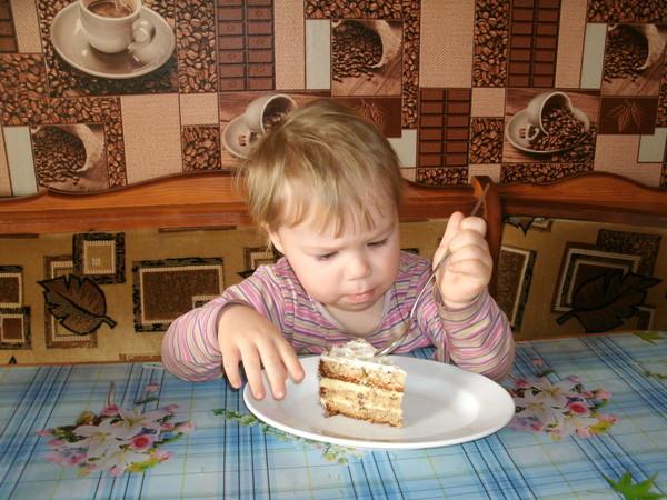 дочка кушает торт эстерхази