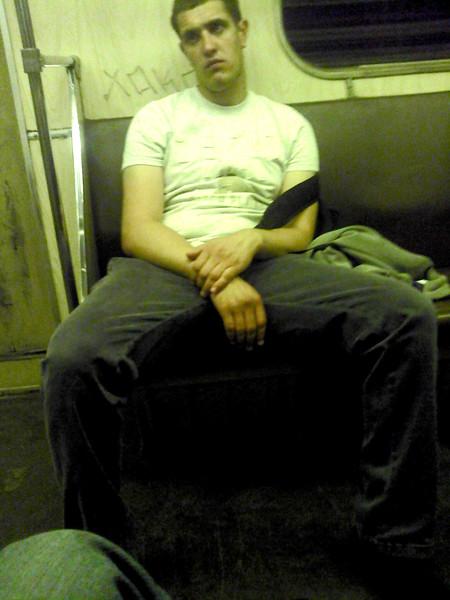 Почему мужчина сидит раздвинув ноги фото порка