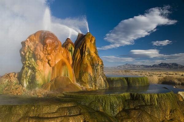 Гейзер Fly Geyser - очередное Чудо Света!!...