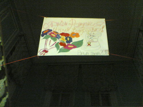 плакат на главной лестнице