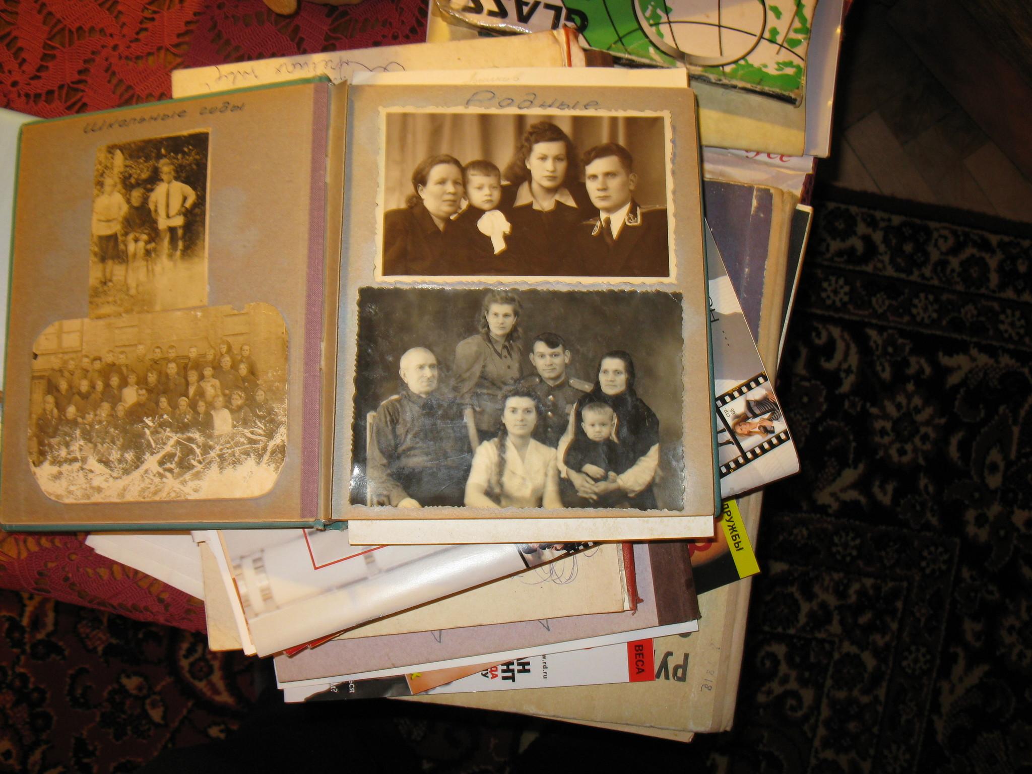 Домашние альбомы справа дед