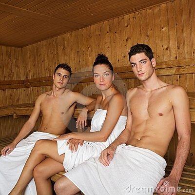 zhenu-v-saune-s-drugom-konchaet