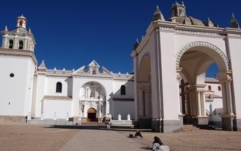 Идеально уложенные монолиты на площади перед церковью в Копакабана.