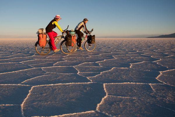 """Путешественники едут на солёном """"льду"""" Уюни."""