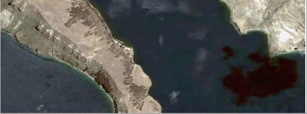 Фото.7. На левой ножке острова Солнца просматривются руины широкой крепостной стены.