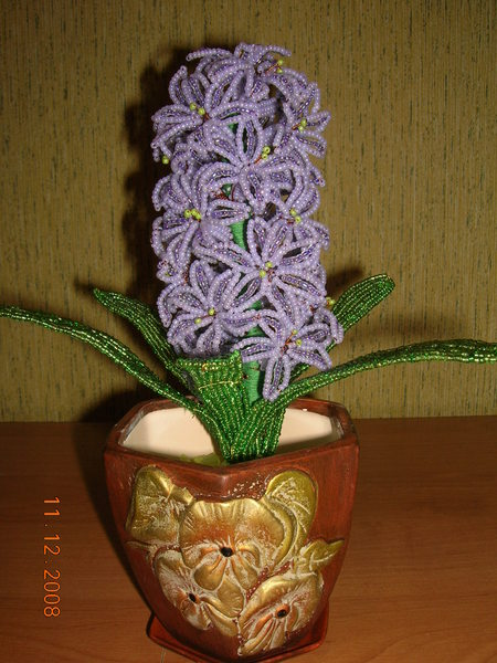 Цветы из бисера и пайеток.