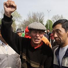 Киргизы избивают