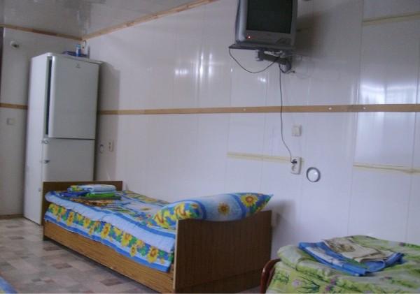 В каждой спальне - телевизор...