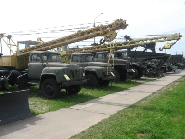 Автомобильные краны КС-2561 на базе ЗиЛ-130 и КС-1562 на базе ГАЗ-523.