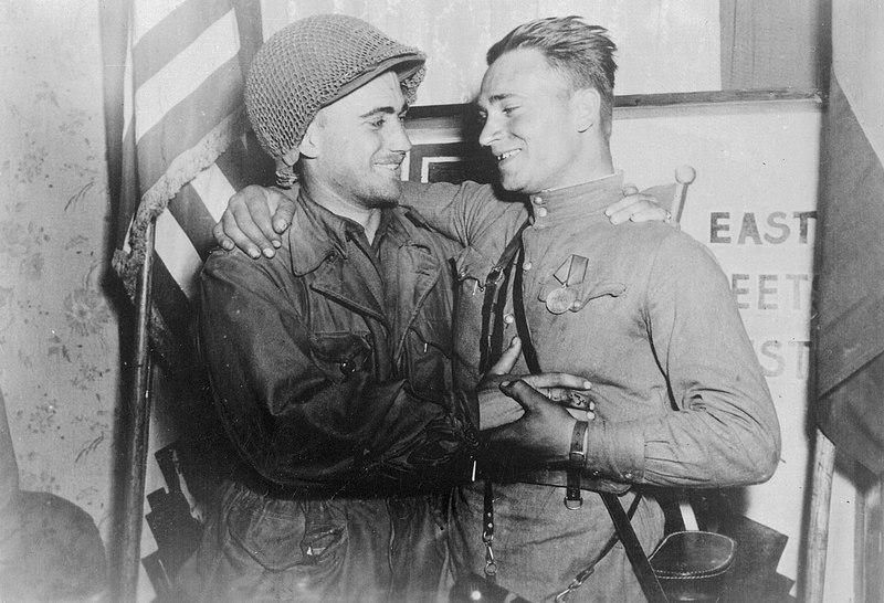2-й лейтенант У. Робертсон и лейтенант А. С. Сильвашко