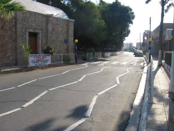 """Сотира. Все переходы на Кипре либо приподняты над проезжей частью, либо вымощены булыжником, либо размечены специальной \""""шумовой\"""" разметкой"""