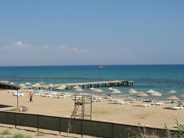 А в 50 метрах люди лежат на пляже...