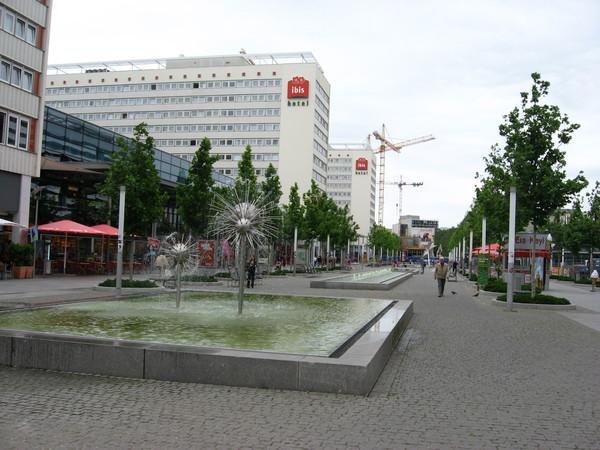 От вокзала в центр города ведет Праген штрассе, украшенная типовыми советскими фонтанами-шарами