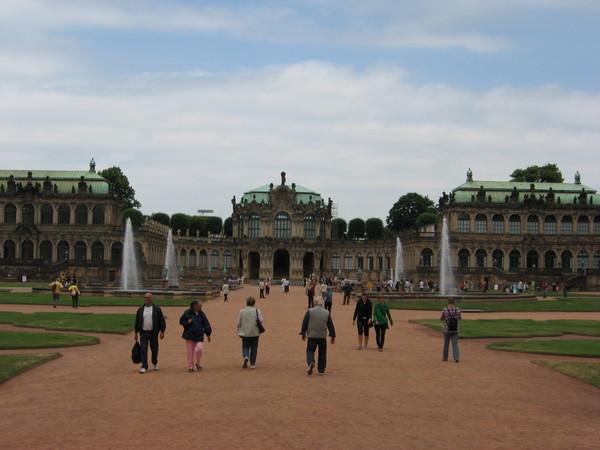 Был построен в 1719 году по образцу дворцово-паркового ансамбля Версаля архитектором М. Пёппельманном...