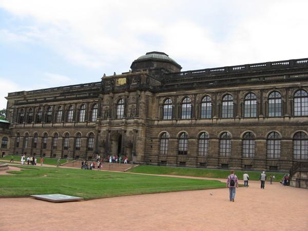 В Цвингере располагается музей с Картинной галереей Старых Мастеров