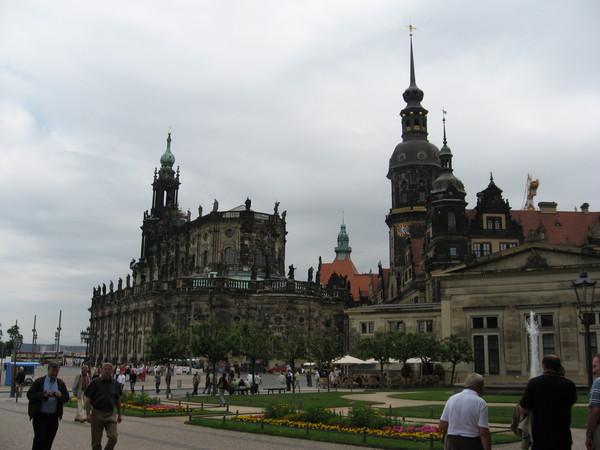 Вид на Дворцовую церковь (Кафедральный собор) и Ратушу