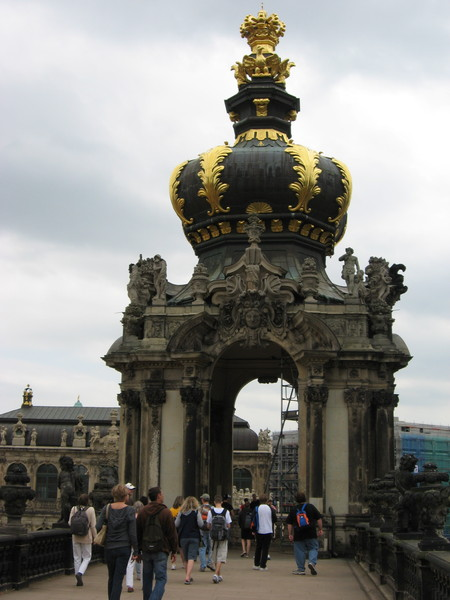 На эспланаде Цвингера расположены забавные статуи