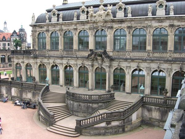 Название «Цвингер» происходит от немецкого слова «покорять», «побеждать».<br/>Раньше здесь была часть Дрезденской крепости, содержащей внутреннюю и внешнюю стены,<br/> в пространстве между которыми должен был быть уничтожен противник.